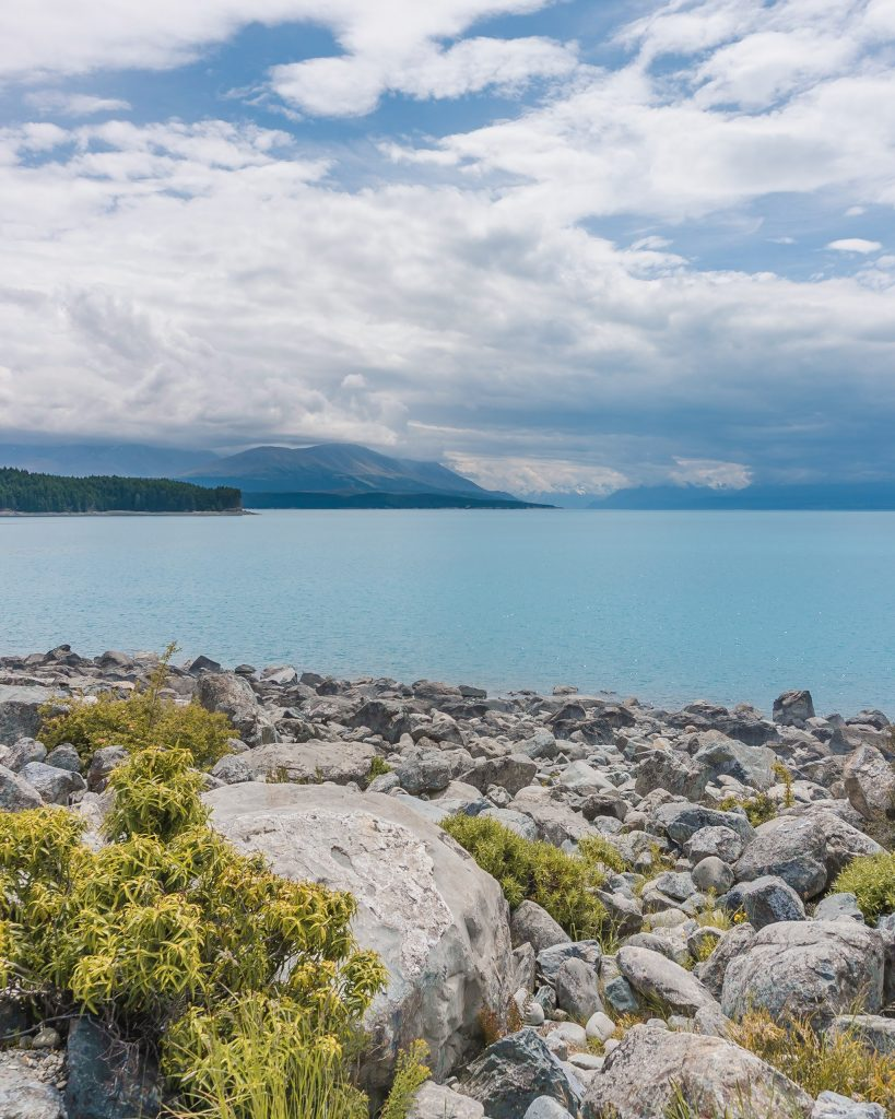 Lake Pukaki is one of the three main lakes in the Mackenzie region and offers spectacular views towards Aoraki/Mount Cook. One of the most beautiful places in New Zealand!
